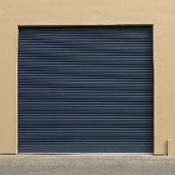 темно-синие рольставни в гараж
