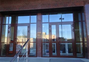 двери в служебное здание